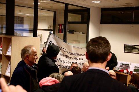AKTIV LOBBYAKTIVITET: Ordfører Per Sverre Kvinlaug (KrF) var klar i sin tale mot flagging av synspunkyter inne i kommunestyresalen. Han mener imidlertid at «vindkraftmotstander-innmeldinger» i KrF like før behandlingen er helt i orden.