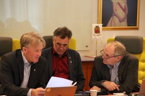 VIRKELIGHETEN: Rådmann Bernhard Nilsen (til venstre) har gode tall for 2018 å legge frem for varaordfører Svein Hobbesland (Ap) og ordfører Jan Sigbjørnsen (H), men utsiktene videre fremover er ikke like lyse.