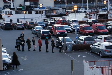 TOLLBODPLASSEN: Antall parkeringsplasser på Tollbodplassen og Tollbodbrygga vil ikke gå veldig ned når kunstverket «Rød løper» skal på plass i løpet av sommeren, ifølge Flekkefjord kommune.