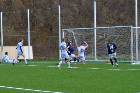 NETTKJENNING: Det ble hele 10 nettkjenninger for KIL mot Fløy2. Her er det Steffan Klungland som setter inn 3-1-målet.
