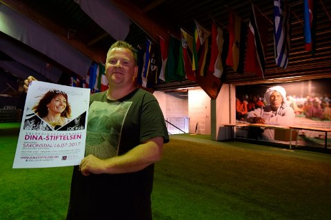 ET SCOOP: Jan Aril Edvardsen Moi viser stolt fram plakaten som forteller at Anita Skorgan kommer til Sarons Dal. Han betegner det som et scoop å få denne folkekjære og dyktige artisten til Sarons Dal.