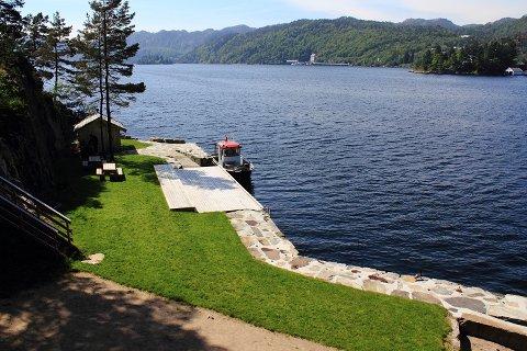 Berrefjords eiendom ligger bynært og vakkert til.