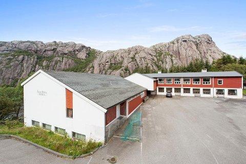 SOLGT: Åna-Sira skole er blitt forsøkt solgt i mange år. Et bystyrevedtak fra mai er i ferd med å gjennomføres, men nå har enda en interessent kommet på banen. Men antakelig for sent.