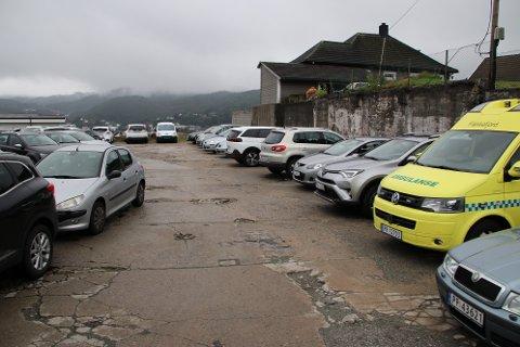P-PLASS: «Sveisetomten» ved sykehuset er nå gratisparkering for ansatte. Den skal snart rustes opp og bli offentlig parkeringsplass for betalt parkering.