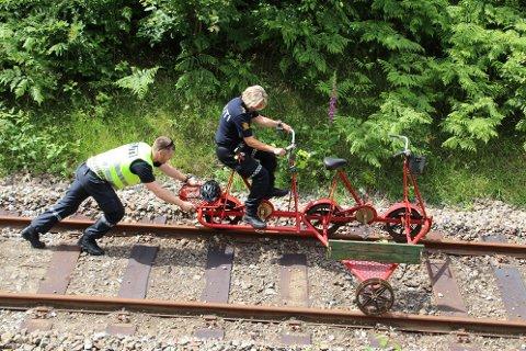 Politibetjent Tove Britt Kristiansen Glendrange og hennes kollega testet bremsene på den dresinen som kjørte i den andre