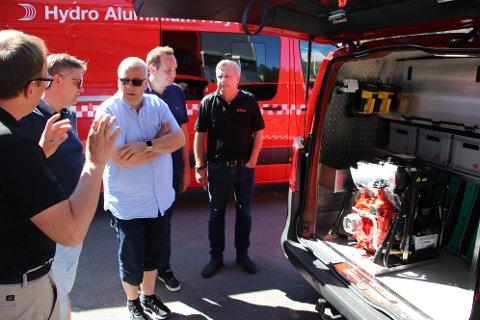 Administrerende direktør Stein Egenes på Egenes Brannteknikk forklarte problemet for politikerne og viste frem bilen som er inndredet for Drangedal brannvesen.
