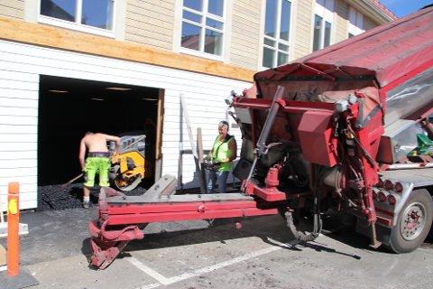 INNENDØRS: Spriderbilen til Asfalt Sør fikk stå ute, men ellers foregikk asfalteringen i Strandgaten 32 i Flekkefjord innendørs