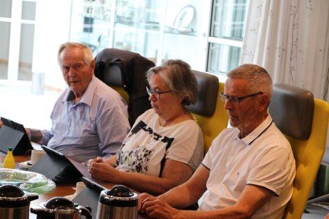 UENIGE: Kristian Sira (Frp) til venstre i bildet og Nina Danielsen (Sp) var skeptisk til å gjøre prinsippvedtak uten å få vite mer om konsekvensene. Reidar Gausdal (V) støttet forslaget om tilslutning til reisemålsstrategien.