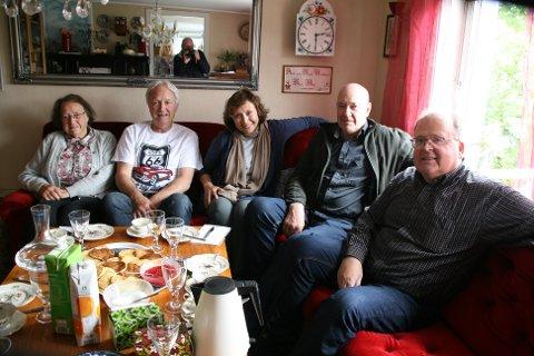 SLEKT: Frå v. Slektningane Aslaug Mygland (90), Torbjørn Mygland, Andreas Mygland og Johannes Risnes utveksla mykje interessant med Patricia Pasick (i midten). Foto: Agnar Klungland
