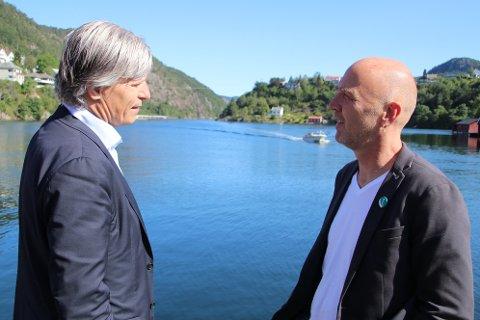 VIND-PRAT: Klima- og miljøminister Ola Elvestuen (V) lover lokal toppkandidat Finn Kydland at kommunene skal ha vind-makt, men prosjekter som har fått konsesjon betegner han som noe som må løses juridisk.