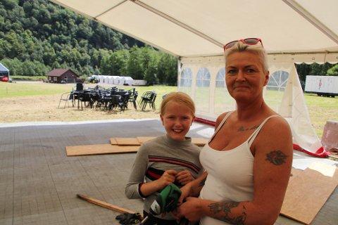 Både Vally og Monika Homme er i full aksjon for å klargjøre VIP-teltet til Norway Rock braker løs i Kvinesdal.