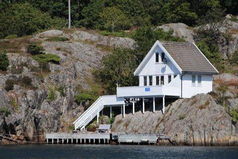 SKAL TAKSERES: Fritidseiendommer i Flekkefjord, som denne hytten i innseilingen til Kirkehamn, skal takseres av firmaet Jeessa AS fra Bergen i løpet av høsten.