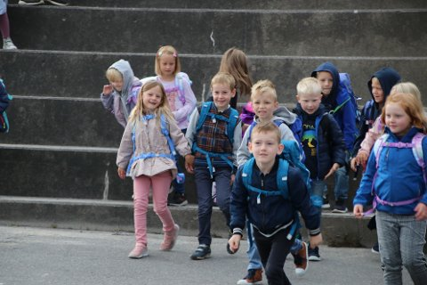 IVRIG: Det var en ivrig gjeng med 1. klassinger som ble kalt frem av rektor på Sunde skole
