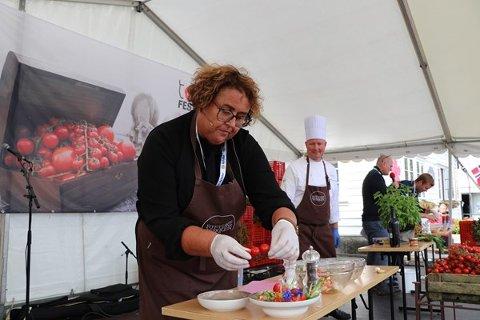 Landbruks- og matminister Olaug Bollestad i matkonkurranse på Tomatfestivalen på Finnøy. Foto: Landbruks- og matdepartementet