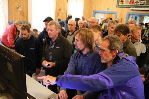 STORT ENGASJEMENT: Det var stort engasjement på folkemøte på Kvanvik da Prosjektleder John Amund Lund i Norsk Vind Energi (midt i bildet) viste frem visualiseringer av Skorveheia.