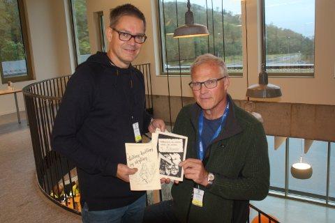 NOSTALGISK: Byggeansvarlig Atle Roger Mydland og Personalsjef Finn Nesvold viser heftene med de gamle bildene som pryder lokalet.