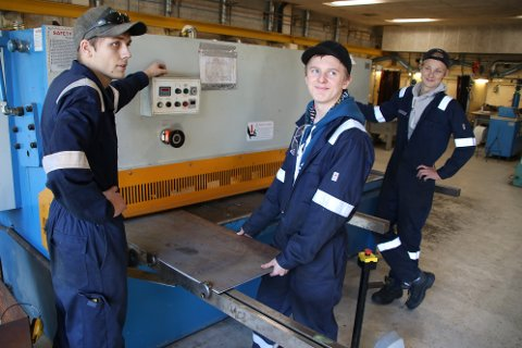 KLAR BESKJED: Industri-teknologi-elevene Kristian Hunsbedt, Vetle Surdal og Sebastian J. Randal vil gjerne ha enda mer oppdatert utstyr i verkstedet på videregående i Flekkefjord.