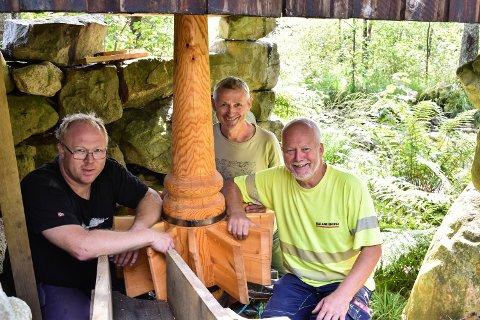ARBEIDSFOLK: Fra venstre: Svein Ivar Kjørmo, Per Christoffer Salvesen og Arvid Medby er fornøyde med arbeidet så langt.