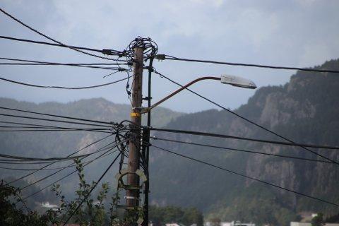 TETTPAKKET: Mange av stolpene i Abaldalen og Rauli er allerede tettpakket med ledninger.