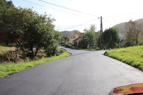 ASFALT: Den sentrale delen av Djupvik har nå fått helt ny asfalt betalt av Statnett.