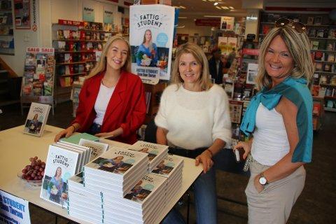 POPULÆR BOK OG FORFATTER: Mange benyttet sjansen til å sikre seg en signert utgave av boken «Fattig student» av Karen Elene Thorsen i Flekkefjord i dag. Her med Marion Svege (i midten) og Heidi Østebø.