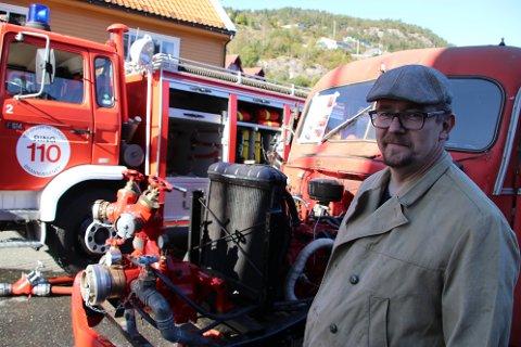 Knut Bruhjell med en Ford V8 fra 1956 som ble bygget på O.C. Axelsens brannbilfabrikk i Flekkefjord og som nå restaureres av Flekkefjord brannbilklubb.