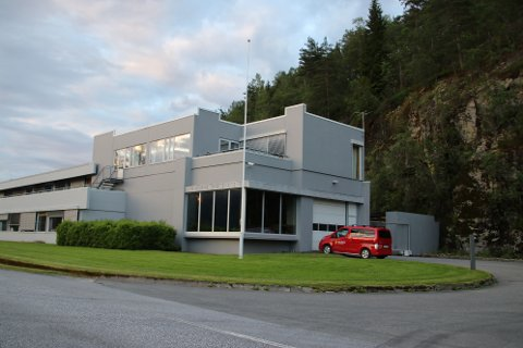 TONSTAD KRAFTVERK: Delegasjonen med EU-Ambassadører skal blant annet besøke Tonstad kraftverk. Vindkraftmotstandere forsøker nå å mobilisere folk til å stille opp i flagg og bunader på aktuelle steder i morgen.