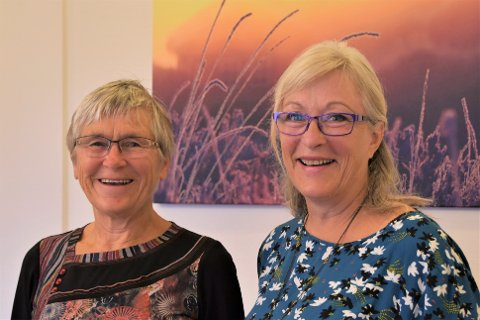 LEDERSKIFTE: Hanne Fodstad (til venstre) takker av etter fem år som leder for Frivillighetstjenesten. Sissel Agathe Bø gleder seg til å ta over stafettpinnen.