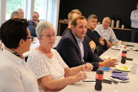 Stortingspolitikere var nylig på besøk hos AMV i Flekkefjord. Nå lover regjeringen å forsøke å gjøre det enklere å finne frem i jungelen av støtteordninger for næringslivet.