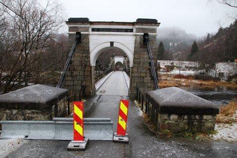 STENGT FOR BILER: Søndag 8. desember 2019 ble beboerne på vestsiden av Siraelven varslet om at Bakke bro skulle stenges for biltrafikk mandag 9. desember grunnet broens tilstand og forfall. Trafikken ledes nå på en kommunal grusvei med en omkjøring på ca 3,7 km.