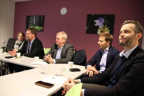 SAMLES IGJEN: Ordførerne i Lister møtes jevnlig. 4. februar skal også politikere fra samtlige formannskap i Lister møtes. Fra venstre :Ordfører Margrethe Handeland (Sp) fra Hægebostad, Torbjørn Klungland (Frp) fra Flekkefjord, Jan Kristensen (H) fra Lyngdal, Jonny Liland (Ap) fra Sirdal og Per Sverre Kvinlaug (KrF) fra Kvinesdal erfem av de seks ordførerne i Lister. Den sjette er Arnt Abrahamsen (Ap) fra Farsund som er leder av Listerrådet.
