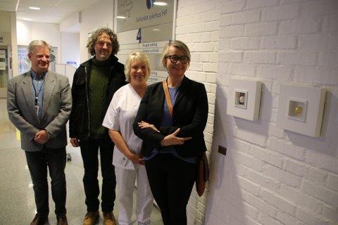 STOLTE: Klinikkdirektør Øystein Evjen Olsen, kunstner Christian Sunde, hygienesykepleier Liv Hellen Skjold Rafoss og administrerende direktør for Sørlandet sykehus Nina Mevold ved siden av kunstverket.