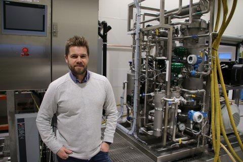 TIL AFRIKA: Daglig leder Odd Henning Sirnes i Membranteknikk AS foran et tilsvarende anlegg som ble levert til Johan Sverdrup-feltet. Det nye anlegget skal til et oljefelt i Afrika.
