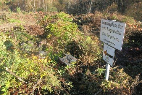 KUN HAGEAVFALL: Det er kun rent hageavfall som kan tømmes på det anviste området.