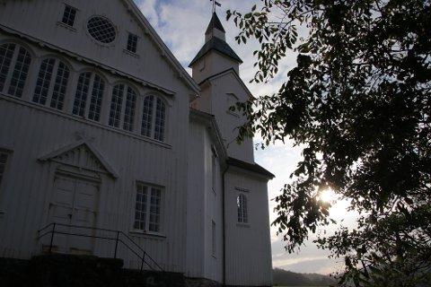 SKAL SIKRES: Hidra kirke skal brannsikres for 650.000 kroner, men det er bare planlegging til 50.000 som man rekker å få gjort i år.