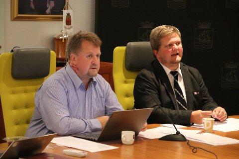 VED DIRIGENTBORDET: Ordfører Torbjørn Klungland (Frp) (til venstre) og varaordfører Stian Birkeland (Uavh.)