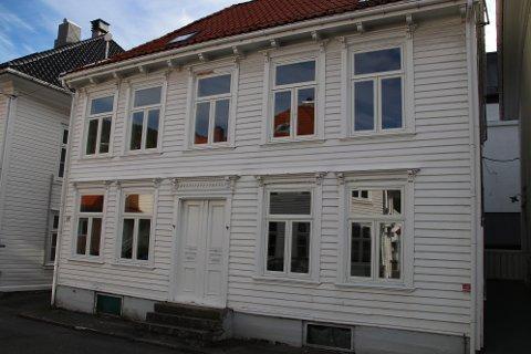 SYV HYBLER: Det har i 2020 kostet Flekkefjord kommune 3,12 millioner kroner å oppgradere Kirkegaten 54 for å romme syv vikarhybler.