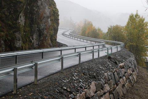 SLYNGER SEG: Tunveien, eller «Promilleveien» slynger seg fra Austadvika opp til Uenesodden. Den har nå blitt utvidet og fått fysisk skille mellom kjørebanen og gangveien.