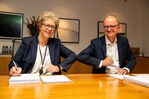 FUSJONERER: Hilde Merete Aasheim konsernsjef i Hydro og Eimund Nygaard konsernsjef i Lyse signerte i dag avtale om et felles vannkraftselskap.