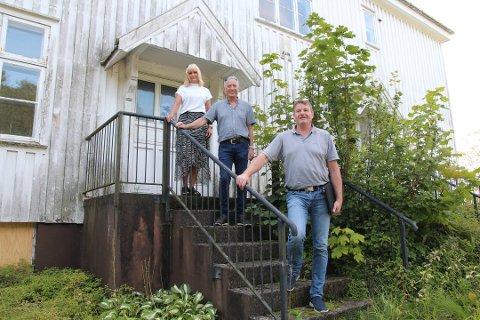 KLAR FOR RENOVERING: Bitten og Rune Liland-Bertelsen er sammen med Lars Johan Bjørkeland (foran) i Bilstad Bygg AS mer enn klare for å gå i gang.