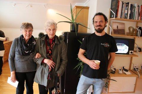 PÅ BESØK I LEILIGHETEN: Torhild Ingebretsen (til venstre) og Anna Egeland var blant de som ville høre mer hva teknologikoordinator Svein Skårdal i Kvinesdal har å by på av velferdsteknologi i KvinaVITA-leiligheten i Kvinesdal.