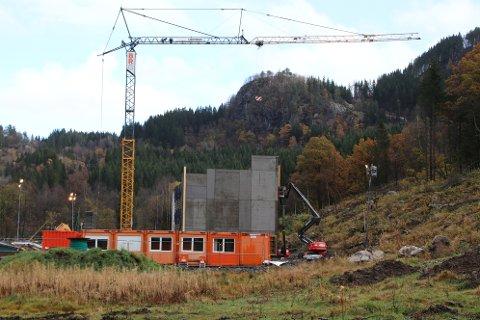 STORT BYGG: Entreprenøren BRG har fått seg en stor jobb med bygging av Austerdalen transformatorstasjon på Moi i Kvinesdal.
