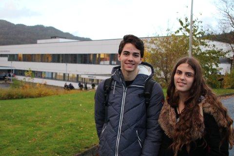 VANLIG SKOLEDAG: Tvillingene Marko og Radmila Prelevic i 9E på Flekkefjord ungdomsskole var blant de mange som møtte frem på skolen til vanlig skoledag slik de hadde fått beskjed om.