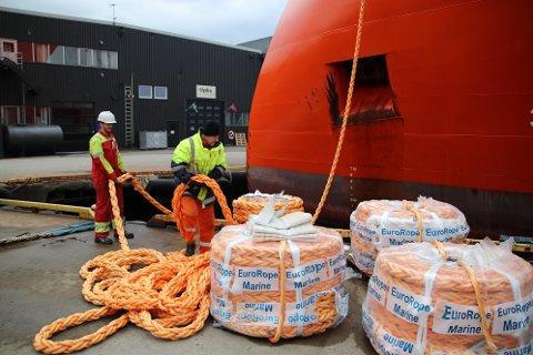 NYE TROSSER: Skip som skal i opplag må ha nye trosser. Her pakkes trossene ut og heises om bord av folk slik at Supplyskipet «Sea Spark» skal ligge godt fortøyd ved kaien til Svege Industripark.