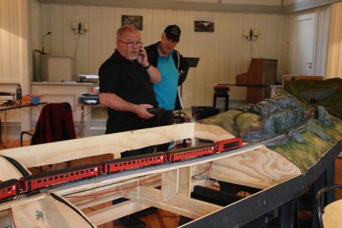 ENTUSIASTER: John Hansen holder på å bygge moduler med tema fra Flekkefjordbanen i forsamlingshuset i Rasvåg. En av dem som ville se nærmere på dette var jernbaneentusiast Tor Aksel KS Mellegaard fra Drangeid.