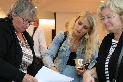 OMFATTENDE ARBEID: Politiker Nina Danielsen (Sp) (til venstre) kommunalsjef Inger Marethe Egeland og nestleder Unni Kydland (KrF) i utvalg for helse, kultur og oppvekst er her i samtale om hvor vanskelig det er å finne nok innsparinger innen helse og omsorg i Flekkefjord. Nå begynner et omfattende arbeid med å lage en ny helse- og omsorgsplan for kommunen.