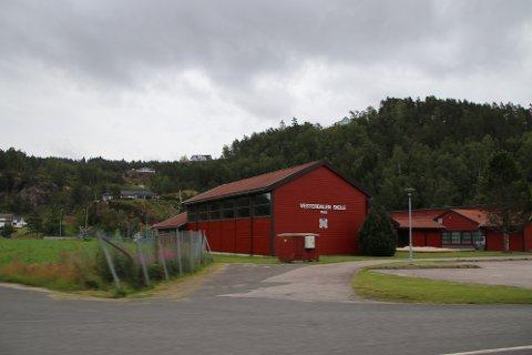 LOKALPOLITISK ANSVAR: Det er flere distriktsskoler i Kvinesdal, blant annet Vesterdalen skole (bildet) Fylkesmannen mener det hører til det lokalpolitiske ansvaret å organisere skoledagene.