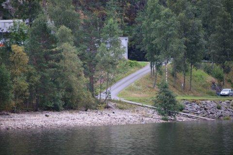 UT PÅ STRANDEN: Sirdal kommune har fått medhold fra fylkesmannen til å ekspropriere deler av stranden for å få et slakere båtopptrekk uten sving.