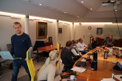 LUKKET DØRENE: Jan Kåre Hansen (H) fra forhandlingsutvalget orienterte formannskapet om promenade-forhandlingene, men dørene ble først lukket .
