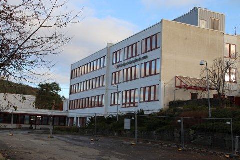 HELT I DET BLÅ: Flekkefjord videregående er bygd slik at det er mulig å bygge på en ekstra etasje på hovedbygget. (Heisen er til og med tilpasset for dette) Det er også mulig å bygge på verkstedbygget (til venstre) Planene er klar, men i fylkesrådmannens forslag til budsjett skyves alle nye skoleinvesteringer helt ut i det blå.